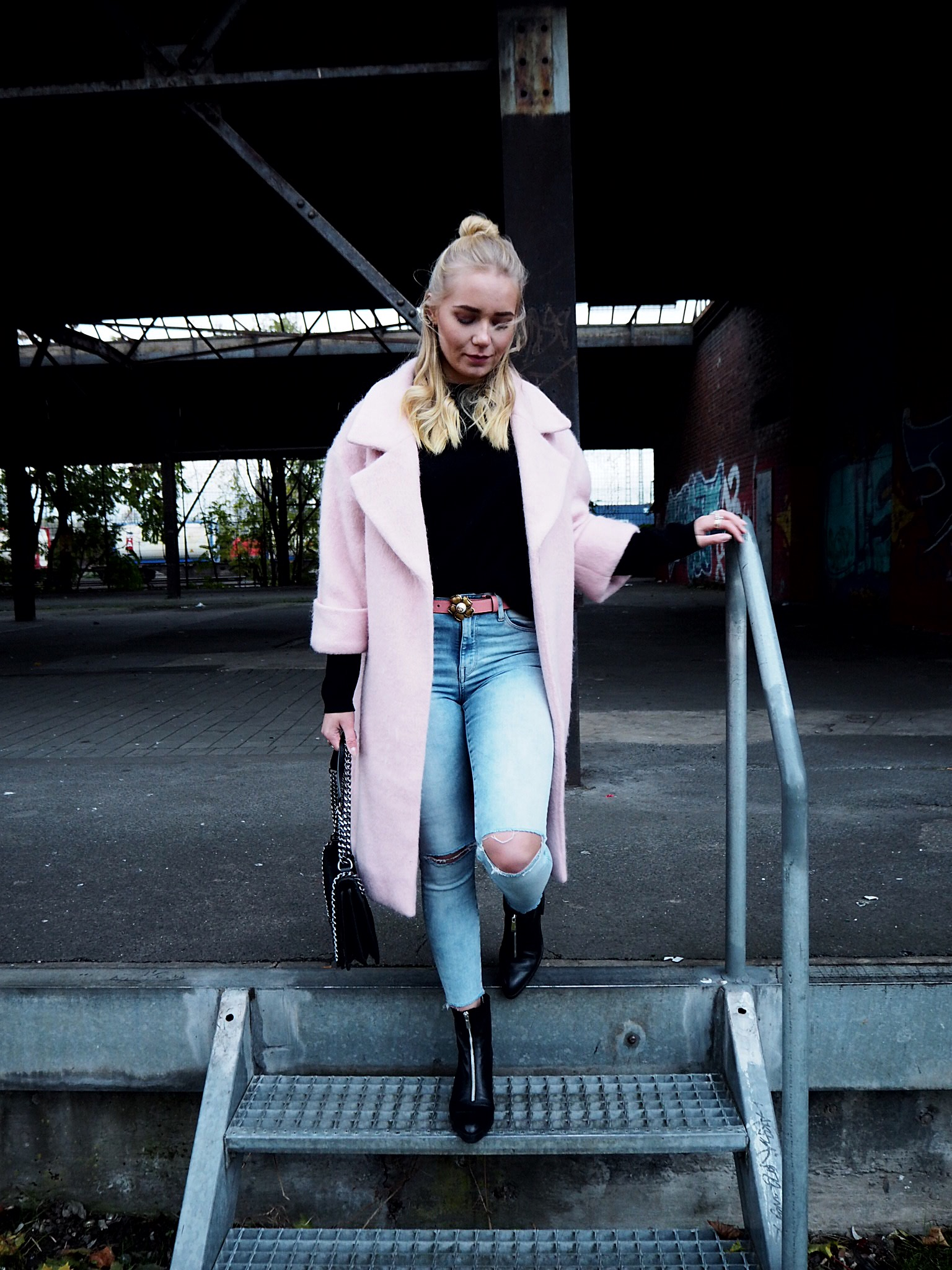 Outfit: Rosa Mantel zu Jeans